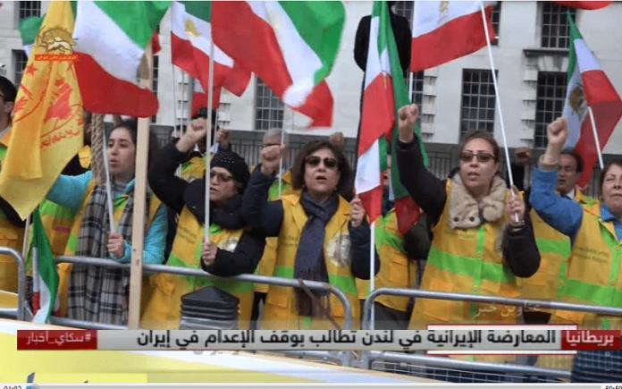 هوادار سازمان مجاهدین خلق در برابر مقر نخست وزیری