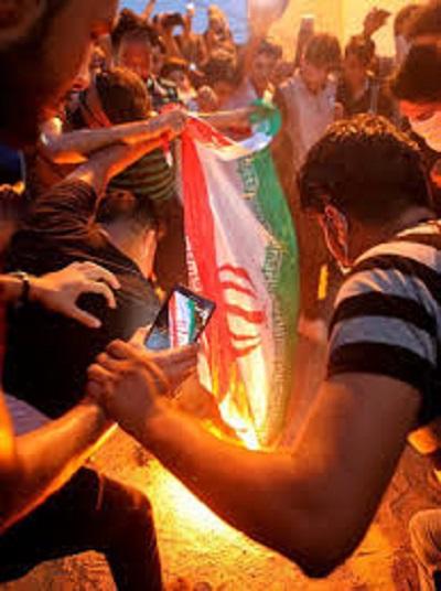 به آتش کشیدن پرچم رژیم پلید آخوندی توسط مردم بپاخاسته عراق
