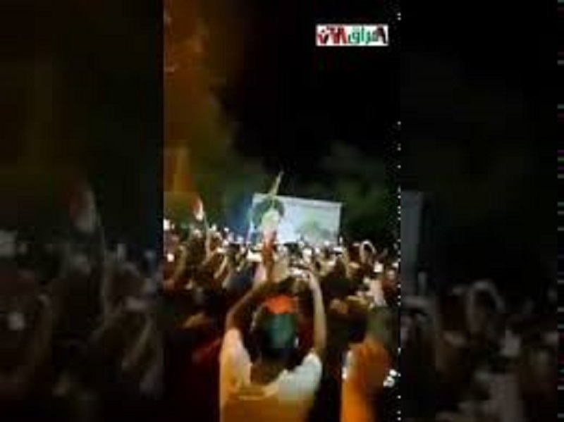 پائین کشیدن بنر منحوس خمینی در تظاهرات مردمی در عراق بپاخاسته