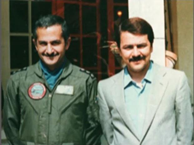 سرهنگ مجاهد خلبان بهزاد معزی به همراه رهبر مقاومت آقای مسعود رجوی